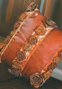 Подушка из ткани, украшенная розочками