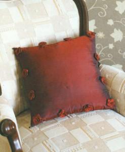 Подушка из тафты с розочками