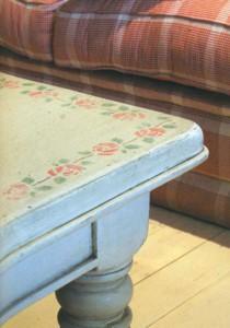 Стол в стиле ретро с рисунком по трафарету