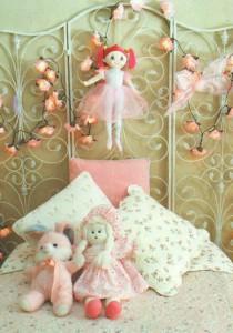 Передняя стенка кровати, украшенная розами