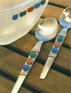 Салатник и ложки со стеклянными капельками