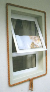 Окно, украшенное веревкой