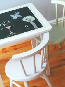 Столик со школьной доской и стулья